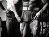Foto de Arnold posando en el gimnasio